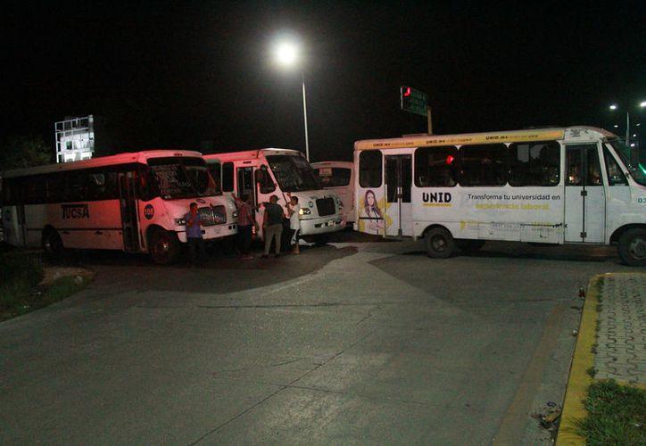 El bloqueo duró unas tres horas y luego de un diálogo entre representantes de Tucsa y autoridades municipales, los operadores dejaron libres las calles. (Octavio Martínez/SIPSE)