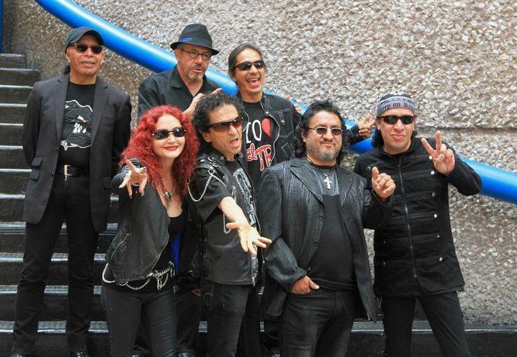 Alex Lora y el Tri festejarán un aniversario más de la banda con un concierto y un tercer disco sinfónico. (Notimex)