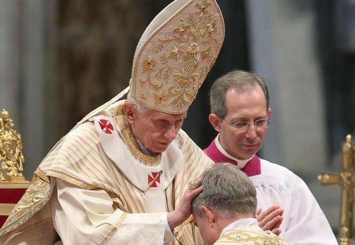 En la gráfica  de archivo el Papa Benedicto XVI unge a  nuevos cardenales. (EFE)