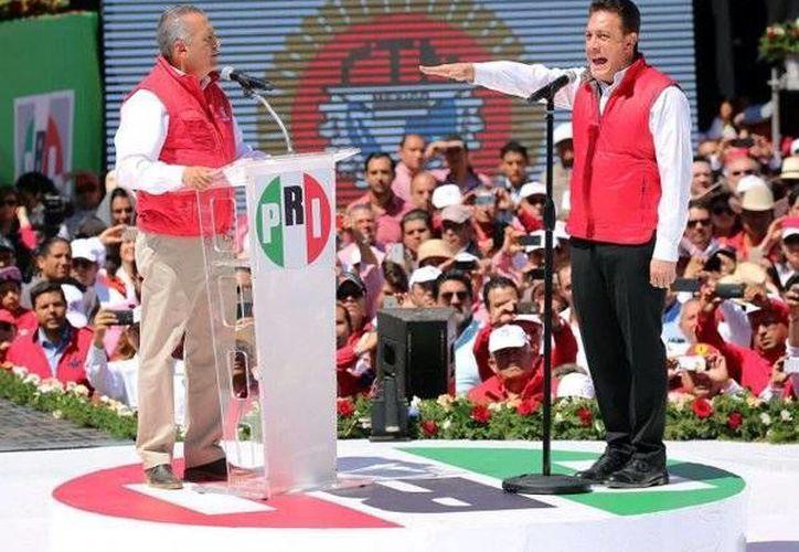 Omar Fayad rindió protesta como candidato a la gubernatura de Hidalgo ante el líder nacional del PRI, Manio Fabio Beltrones. (twitter.com/omarfayad)