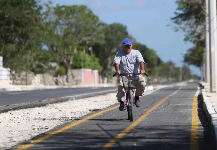 Un vecino utiliza la ciclovía que une las comisarías de Chablekal y Sac Nicté, en el norte de Mérida. (Cortesía)