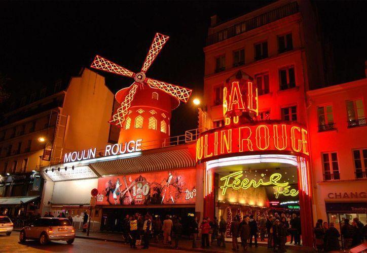 Las zonas de París con mayor movimiento por las noches serán vigiladas para evitar contaminación acústica. La imagen corresponde al emblemático cabaret 'Moulin Rouge'. (Agencias)