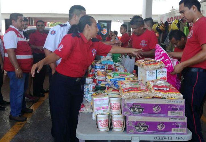 Varias personas se han unido a la causa para apoyar a los damnificados por el sismo de 7.1 grados. (Foto: Pedro Olive)