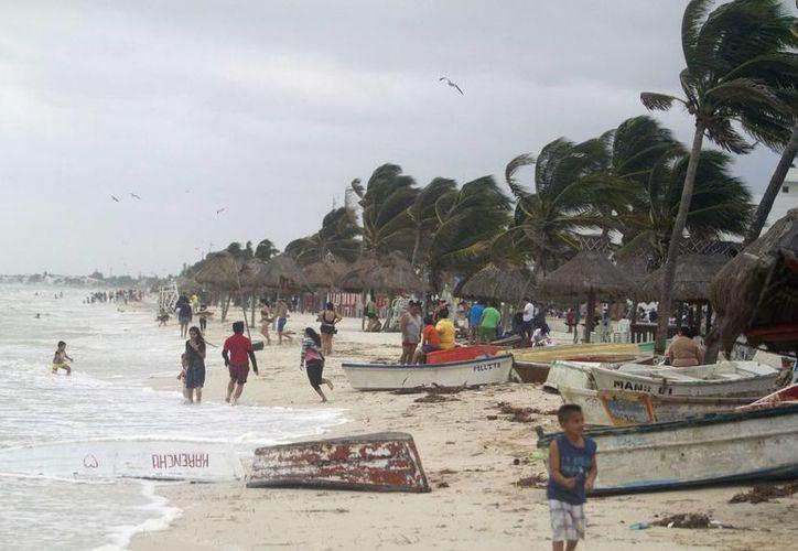 Las playas de Yucatán mantienen bajos niveles de contaminación. En la imagen, el malecón de Progreso durante la afectación del norte que azotó el pasado lunes 17 de marzo. (Notimex)