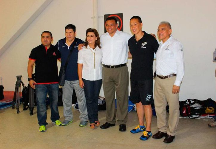 El gobernador de Yucatán, Rolando Zapata Bello, (centro) y su esposa, Sara Blancarte, visitaron a los taoínes yucatecos que están en un campamento, en el deportivo Kukulcán. (Milenio Novedades)