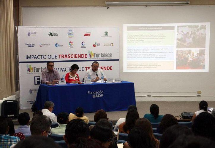 Imagen de los participantes, en una de las las conferencias del foro 'Impacto que trasciende 2016' realizada por la Uady. (Milenio Novedades)