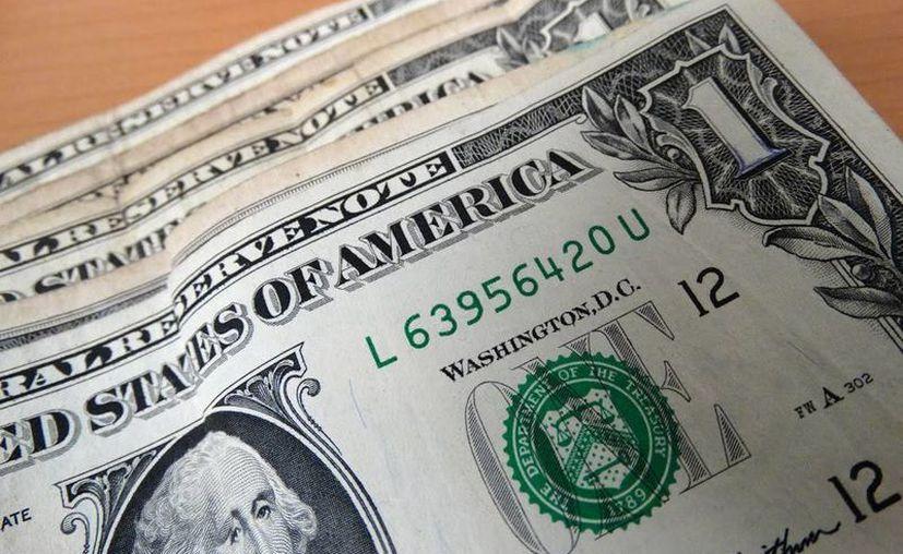 En las casas de cambio ubicadas en el aeropuerto de la capital mexicana se ofrece en un precio promedio de 18.92 pesos. (SIPSE)