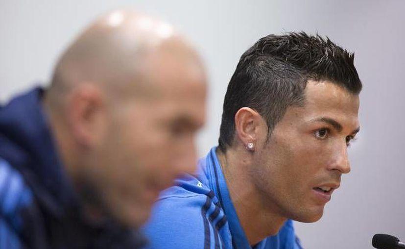 El entrenador Zinedine Zidane y el delantero Cristiano Ronaldo brindaron una conferencia de prensa previo a enfrentar a la Roma en los octavos de final de la Champions League este miércoles.(AP)
