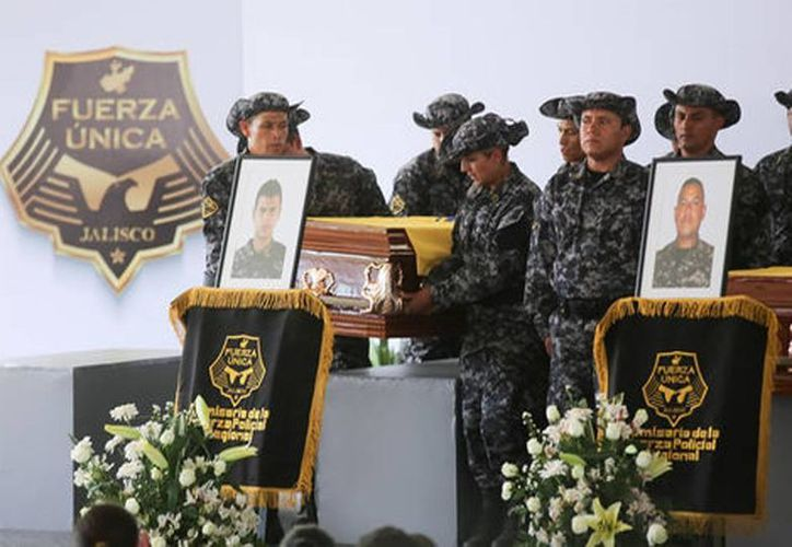 Agentes de la Fuerza Única Regional despiden a policías que murieron en emboscada en Jalisco. (Carlos Zepeda/Milenio)