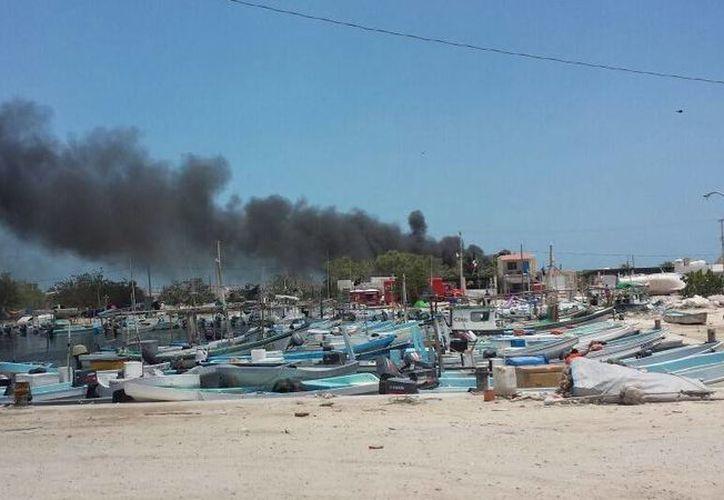 En protesta los pescadores incendiaron dos lanchas en Dzilam Bravo. (Óscar Pérez/SIPSE)