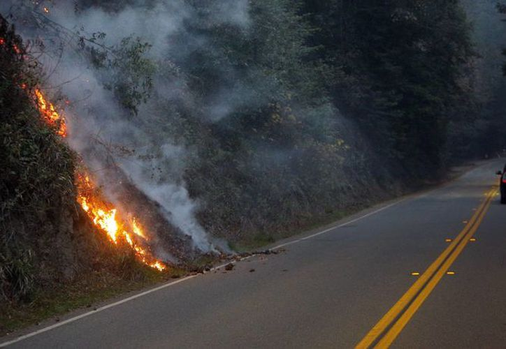 El incendio quema una ladera a lo largo de la carretera 1 en Big Sur, California. (Agencias)