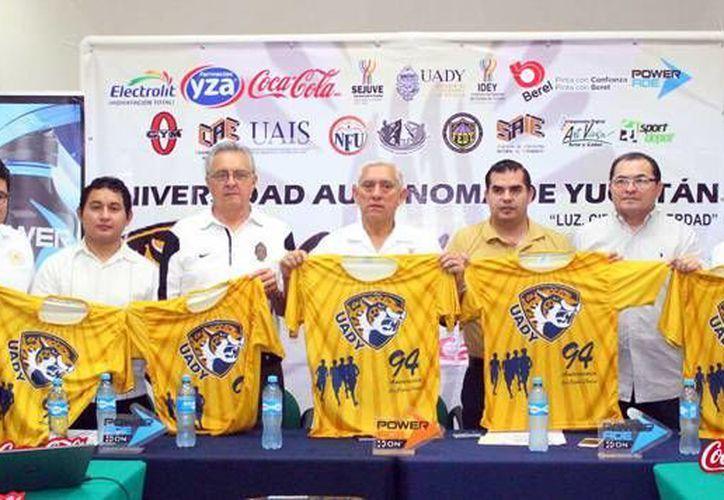Este jueves se presentó la V Edición de la Carrera de Aniversario de la Universidad Autónoma de Yucatán, la cual se realizara en los festejos de los 94 años de la casa de estudios el próximo domingo 21 de febrero. (SIPSE)