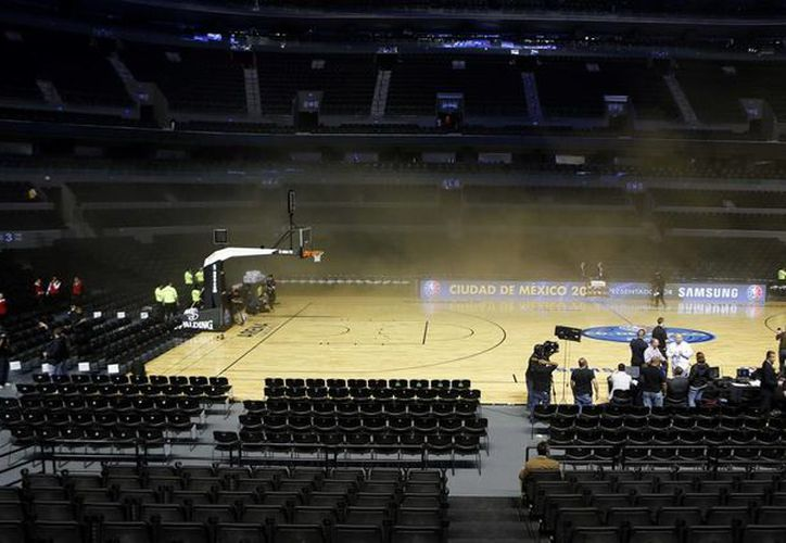 Tras la explosión la duela quedó a oscuras y llena de humo, lo que obligó a la cancelación definitiva del partido entre Spurs y Timberwolves en México. (Agencias)