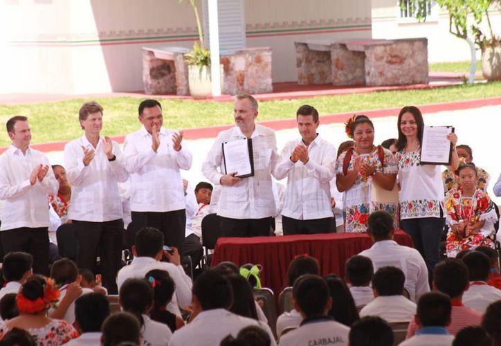 El presidente Enrique Peña Nieto regresa a Yucatán debido a una entrega de certificaciones escolares para adultos. En la foto, con el gobernador Rolando Zapata y el cantante Miguel Bosé durante un evento en Maxcanú. (Jorge Acosta/Milenio Novedades)