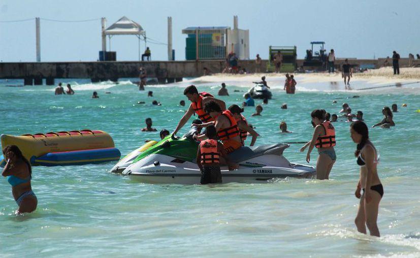 Una gran afluencia de bañistas registraron las playas. (Octavio Martínez/SIPSE)