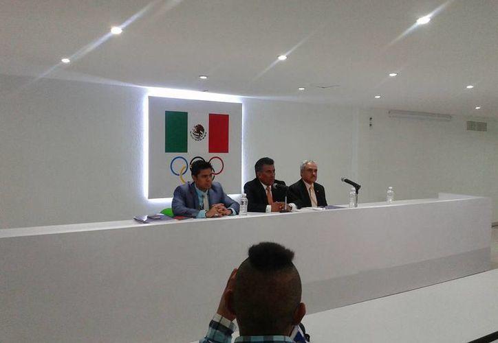 La Federación mexicana de Boxeo lanzó fuertes acusaciones contra la Conade, en la imagen Ricardo Contreras (c) durante una conferencia de prensa. (Foto: FMB)