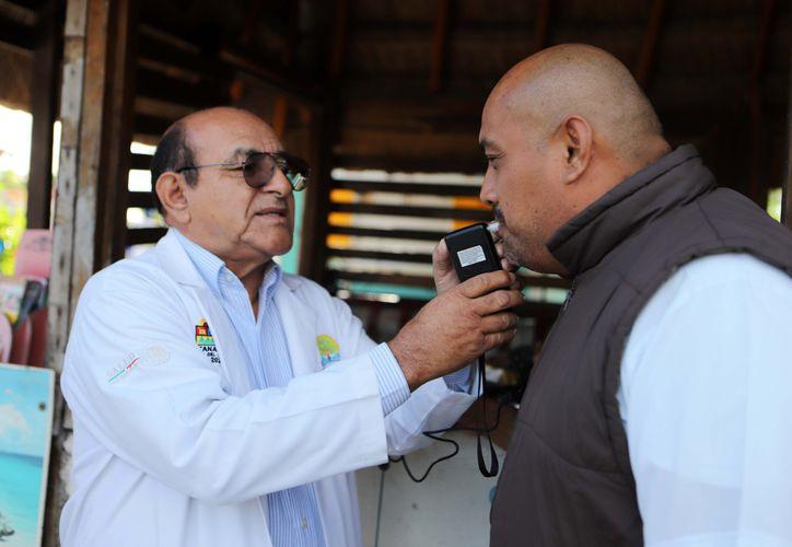Elementos de Tránsito y médicos de la Secretaría acudieron al sitio de taxis. (Redacción)