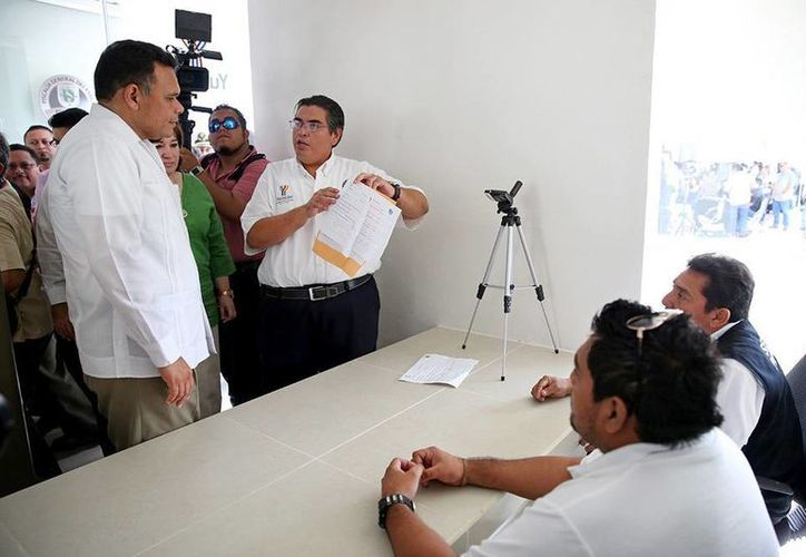 Tras inaugurar la nueva Bodega de Evidencias, el gobernador Rolando Zapata se enteró sobre cómo se preservan las evidencias de los casos que investiga la FGE. (Cortesía)