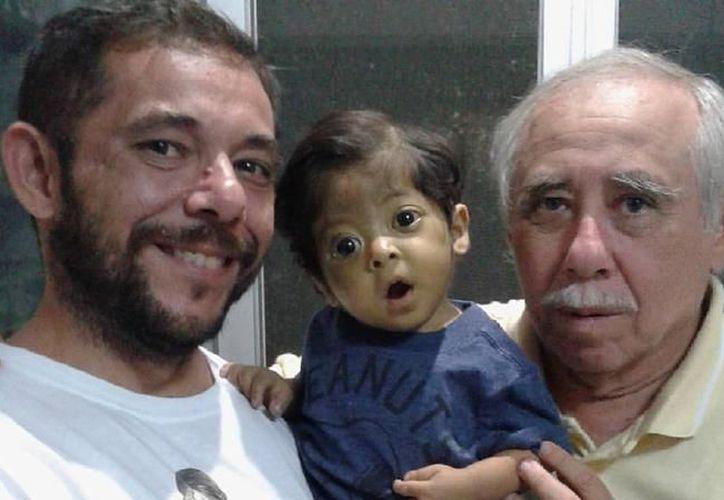 El menor con su familia. (Imagen tomada de Facebook)