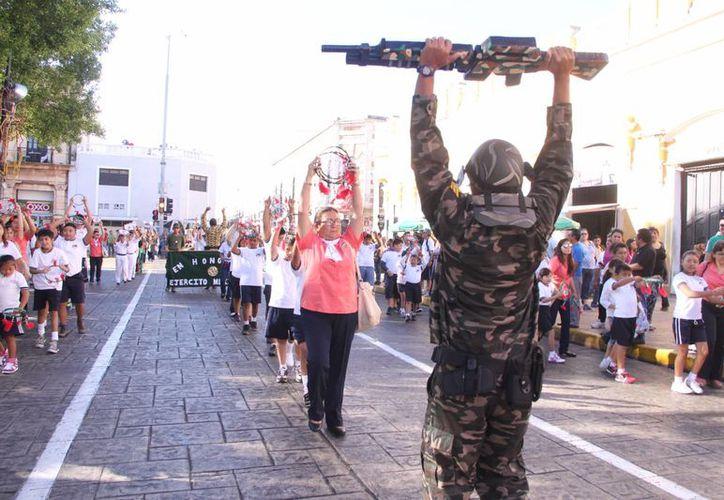 Recuerde: este jueves por la tarde se realizará en Mérida el desfile con motivo del aniversario de la Revolución Mexicana. Habrá cierre de calles y reubicación de paraderos. (José Acosta/SIPSE)
