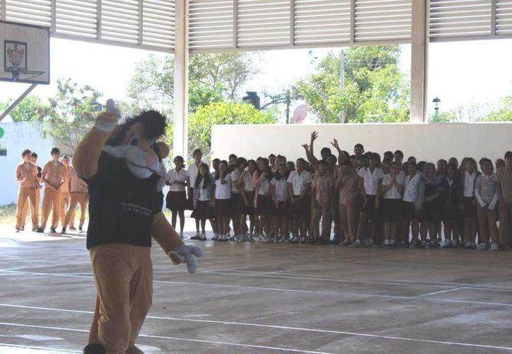Darío, mascota del programa DARE, en plena actuación en una escuela meridana. (Facebook oficial)
