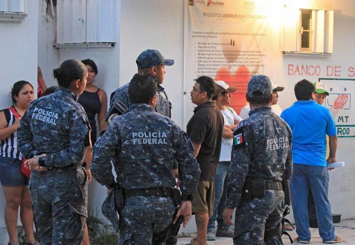 Los policías federales llegaron muy temprano a las instalaciones del banco de sangre. (Jesús Tijerina/SIPSE)