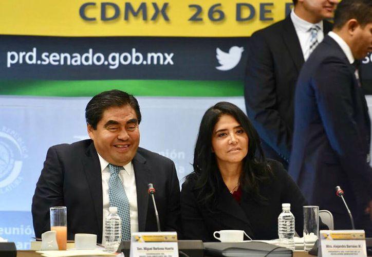 El PRD destituyó a Miguel Barbosa como coordinador, luego de que el senador anunció que apoyará a AMLO, líder de Morena, rumbo a la Presidencia en 2018. (facebook.com/AlejandraBarrales)