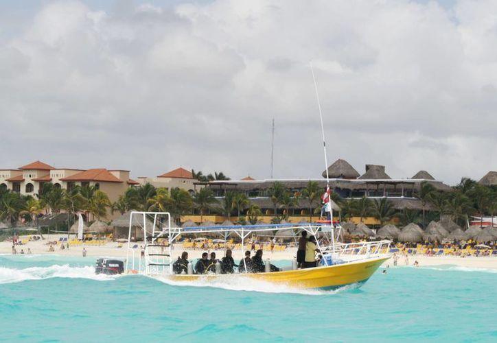 El pasado viernes se registraron 14 mil bañistas en los cuatro kilómetros de playa. (Adrián Barreto/SIPSE)