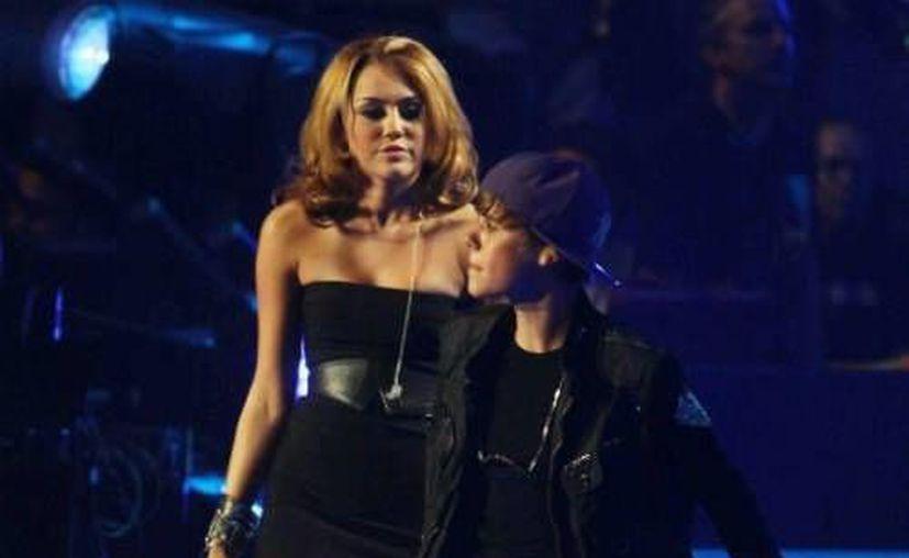 Bieber, de 19 años, y Miley Cyrus, de 20, fueron vistos juntos anoche en California. (snarkerati.com/Archivo)