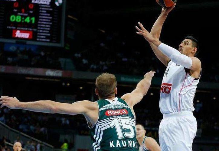 Gustavo Ayón colaboró con 10 puntos, seis rebotes y cuatro robos de balón a favor del Real Madrid en la Euroliga. (clarosports.com.mx)