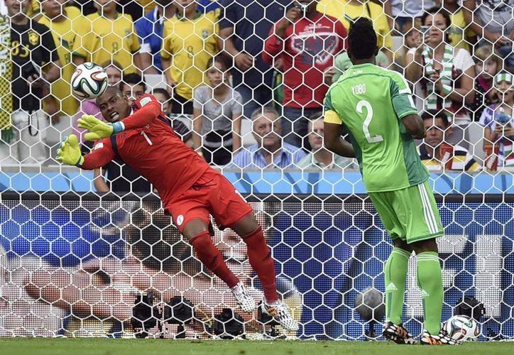El portero nigeriano Vincent Enyeama hace unas de las pocas atajadas que hubo durante el partido contra Irán en el Mundial. (Foto: AP)