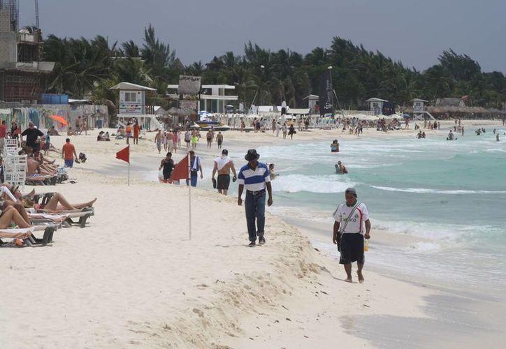 Ayer, primer día del megapuente, hubo poca afluencia de bañistas y una baja demanda de servicios náuticos en Playa del Carmen.  (Octavio Martínez/SIPSE)