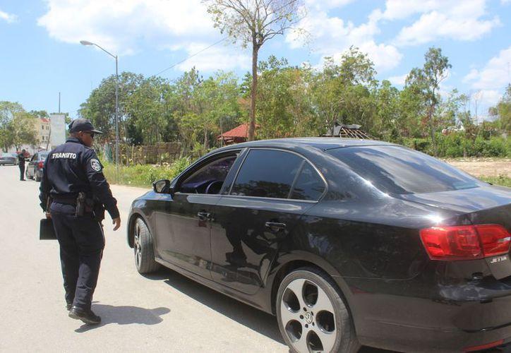 El operativo también se aplicó a vehículos con vidrios polarizados. (Sara Cauich/SIPSE)