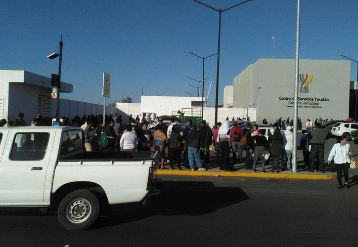 Esta mañana se observaron largas filas de ciudadanos que fueron a realizar el reemplacamiento vehicular. (Milenio Novedades)