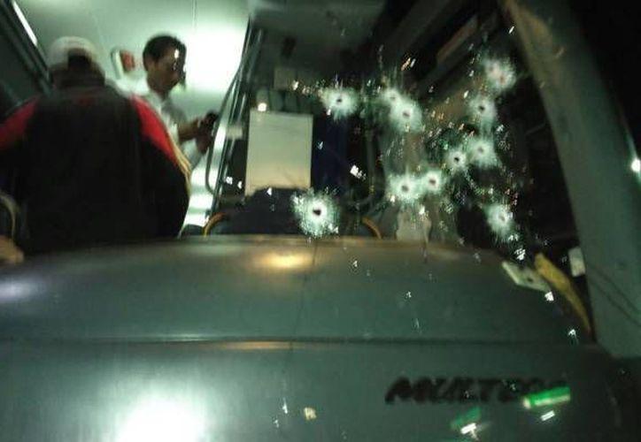 El autobús recibió impacto de escopeta por parte de los asaltantes, debido a que el chofer no detuvo el camión. (Cortesía/Costa Veracruz)