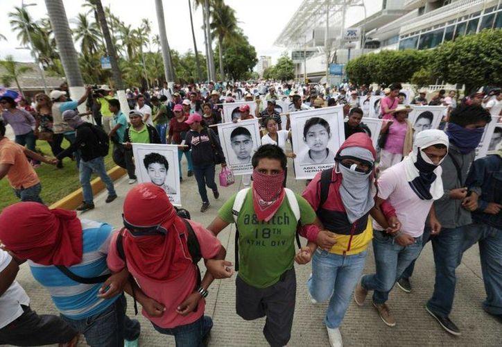 En mayo de 2013, la PGR anunció la creación de la Unidad de Búsqueda para Personas Desaparecidas. Imagen de una marcha contra la desaparición de los 43 normalistas de Ayotzinapa. (Archivo/AP)