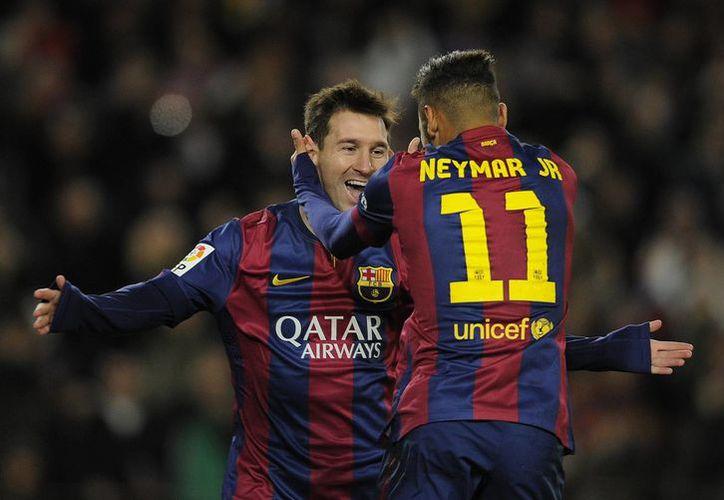 Lionel Messi celebra con Neymar (de espaldas) uno de los tres goles que marcó este domingo ante Espanyol en Liga de España. (Foto: AP)