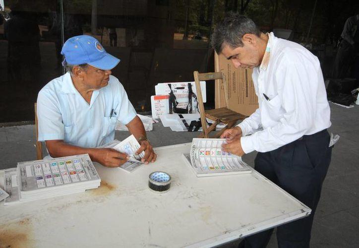 El PAN va adelante con mínima ventaja en la elección para alcalde de la capital, Tuxtla Gutiérrez. Imagen de contexto de la jornada electoral de ayer, en la capital chiapaneca. (Notimex)