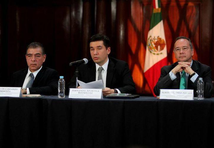 Fernando Aportela Rodríguez (centro) informó que el pago a los ahorradores del Banco Bicentenario no tendrán un costo para el erario. (Notimex/Foto de archivo)