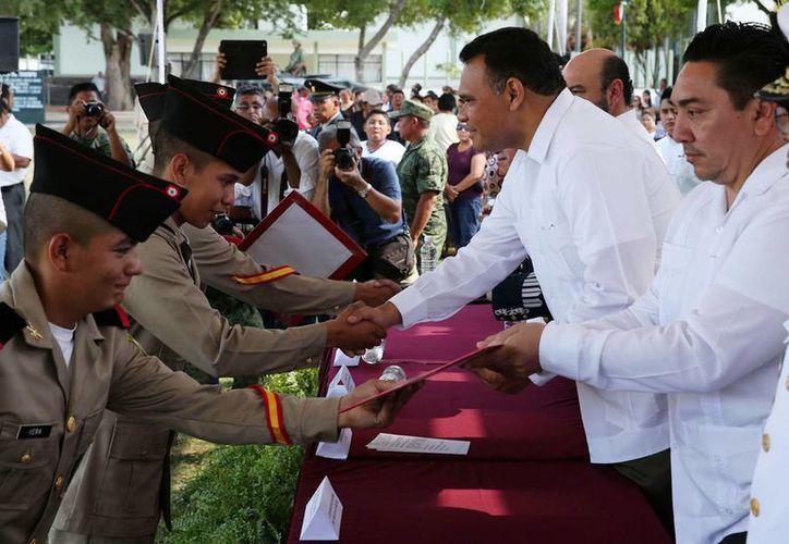 Rolando Zapata acudió también a la ceremonia de liberación de cartillas del personal de la 10/a Compañía del Servicio Militar Nacional. (Cortesía)