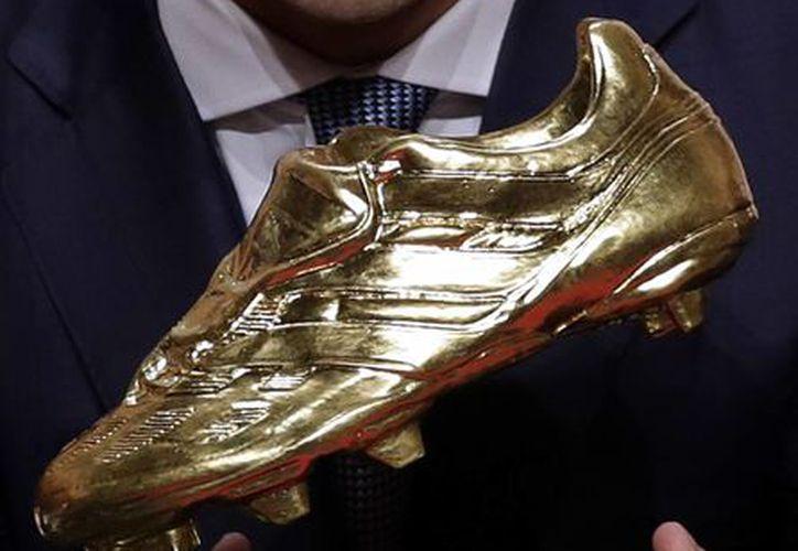 El delantero uruguayo del Barcelona, Luis Suárez, recibió la Bota de Oro, como máximo goleador de las ligas de futbol de Europa. (Manu Fernández/AP)