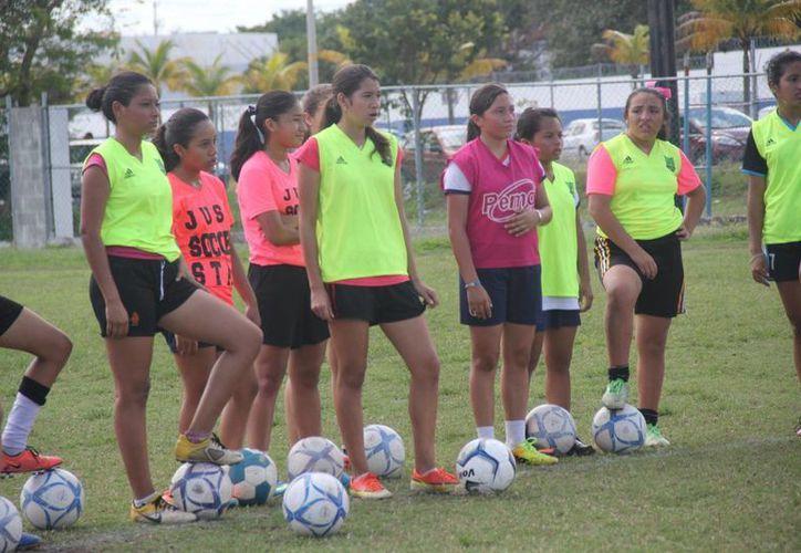 Las jugadoras trabajaron fuertemente  en su táctica bajo la supervisión de su entrenador. (Raúl Caballero/SIPSE)