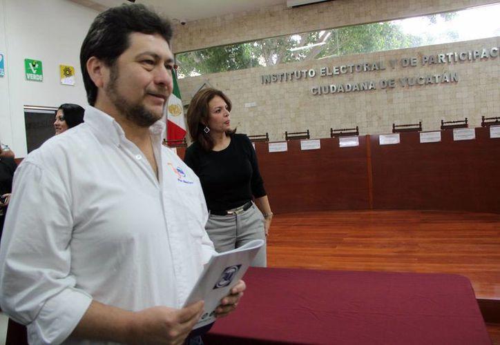 Tras las elecciones realizadas en Yucatán, cada vez son más los políticos y militantes blanquiazules que piden la renuncia del presidente estatal del partido, Hugo Sánchez Camargo, quien aparece en la foto. (SIPSE)