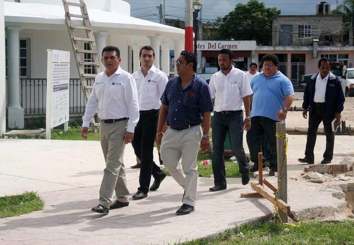 Las autoridades durante el recorrido en las obras que se desarrollan.  (Cortesía/SIPSE)