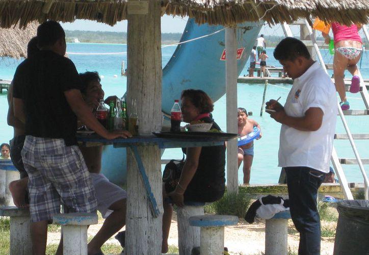 Al terminar la temporada alta, 200 personas perderán sus empleos, en Bacalar. (Javier Ortiz/SIPSE)