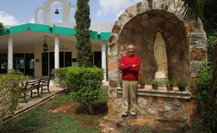 El sacerdote Raúl Ignacio Kemp Lozano en la capilla de la cueva, en el albergue de Cottolengo en Mérida. (SIPSE/Archivo))