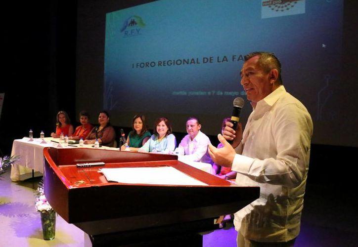 Víctor Chan Cetina, presidente de la Red para la Familia, durante su intervención en el evento. (José Acosta/Milenio Novedades)