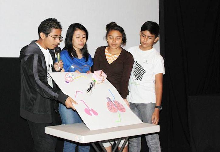 Estudiantes de secundaria durante su participación en el programa Raíces Científicas. (Cortesía)