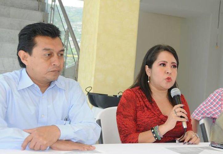 Yamilet Payán Sánchez (en medio) y su padre Rigoberto Payán Mejía (derecha) en una conferencia de prensa en octubre de 2013. (guerrero.gob.mx)