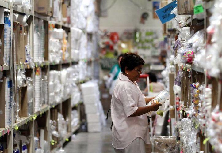 Los empresarios esperan gran actividad económica durante el cierre de año. Imagen de una mujer en una tienda de Mérida.(SIPSE)